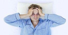 Mann mit Schlafstoerungen